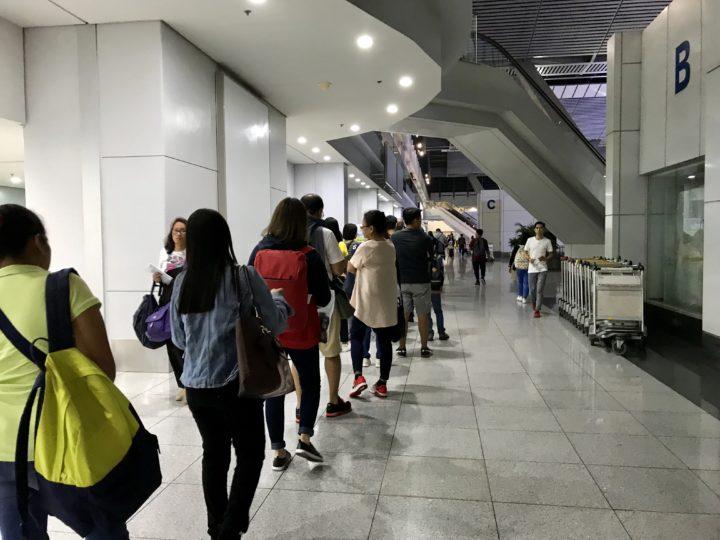 2018cebu_マニラ空港 長蛇の列2