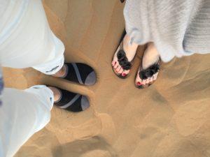 2017UAEドバイ 砂漠 2人の足