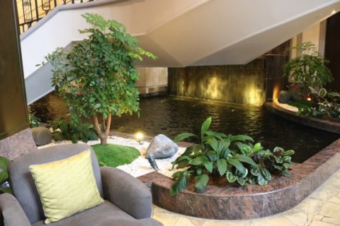 KualaLumpur_リッツカールトンホテルのメインフロアはたくさんの水が使われています