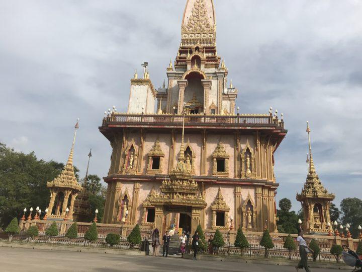 2018プーケット ワットチャロン 脇の寺院