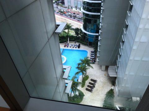 窓からは中層階のプールも楽しめます
