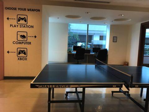 レジャールームには卓球台があります