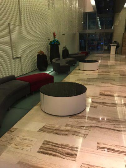 TradersHotel(トレイダーズホテル)のメインロビーは広くないのですが、ソファーはあります