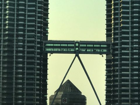 ツインタワーの2つのビルを繋ぐ通路では、観光客も通れます