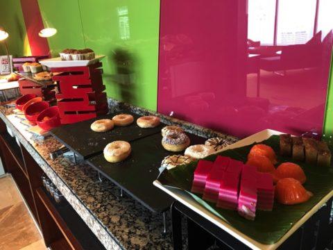 プレミアムラウンドの朝食では、ケーキやドーナツなど、豊富に用意があります