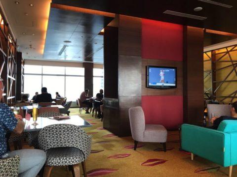 TradersHotel(トレイダーズホテル)のプレミアムラウンジは一つ一つの席が広々としていて、家族むきのソファーなどもあります