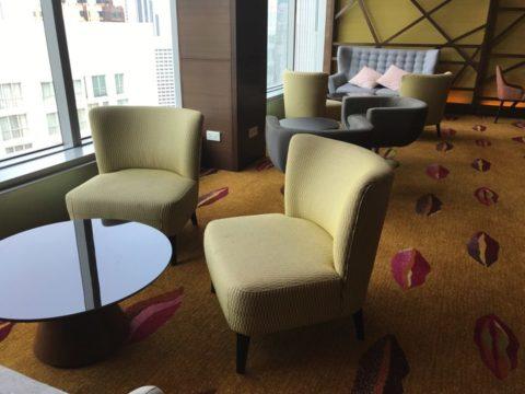 TradersHotel(トレイダーズホテル)のプレミアムラウンジのソファーはとてもくつろぎ易いです。